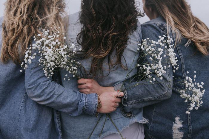 いつも思いやりをもって人に優しく接していると、自然と周りの人から愛されます。それは巡り巡って自分に返ってくるもの。そんな素敵なループが生まれます。  よく考えてみると、仕事のチャンスや困った時の救いの手など、どれも人が運んできませんか? 周りにいつも優しい人は、そんな良い事が舞い込んで来やすくなります。だから「ありがたいな、幸せだな」と感謝することも多いのです。