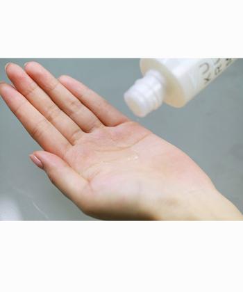 洗顔後は化粧水で水分補給。シートに染み込ませて数分間パックするのものおすすめ。そのあとは美容液や乳液、クリームなどで与えた潤いを閉じ込めます。