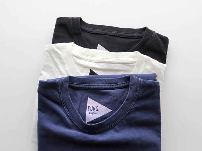 """汗が染みた時でも目立たないのは、汗染みと元の色とにあまり差がない色の洋服です。その3大カラーと言えるのが、""""黒・白・ネイビー""""の3種類。迷った時はこのうちのどれかを選べば安心ですよ。"""