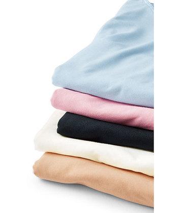 インナーの素材はポリエステルやレーヨンなどがオススメです。速乾性が高く、サラっとした肌触りをキープできます。何色か用意しておくと、洋服に合わせやすくて便利ですね。