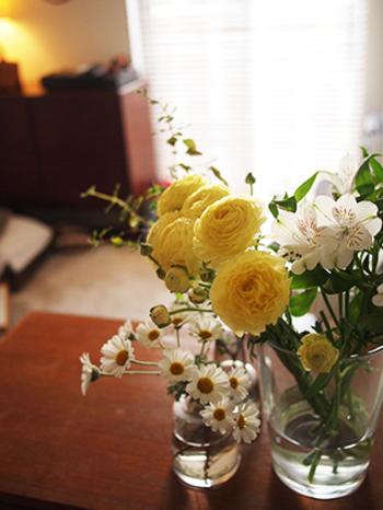 忙しい毎日でも一瞬飾ってあるお花を見たり、香りをかいだりするだけで、心が癒されたり元気が出たりします。気持ちをリセットしたいという時も、お花や花瓶を選ぶだけでもいい気分転換になります。お気に入りのお花で、お部屋の雰囲気を手軽に変えてみてくださいね。