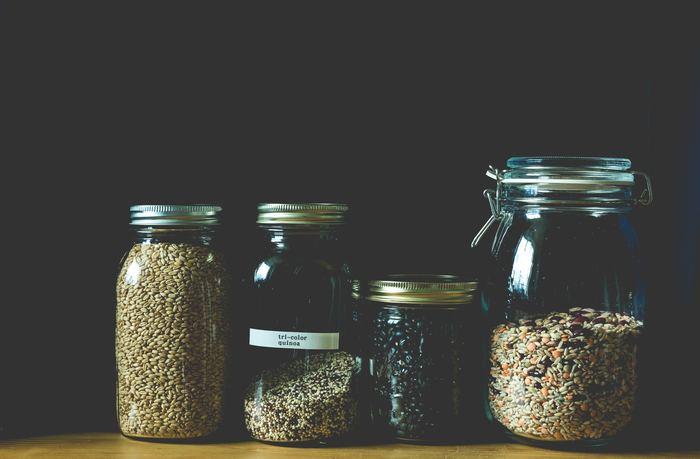 キヌアを調理する前には、お米を砥ぐときと同じ要領でしっかりお水で洗うようにしましょう。水替えの目安は4~5回くらい。キヌア独特のエグミが取れて食べやすくなるはずです。キヌアはお米より非常に小さいので、目の細かい茶こしや味噌漉しなどを使うと良いでしょう。
