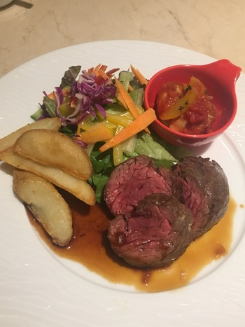 牛ステーキとサラダやポテトにラタトゥイユ、パスタにスープ、パンまでついた贅沢ご褒美ランチは満足度ナンバーワンのランチメニューです。
