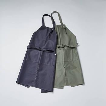 ガーデニングに欠かせないハサミ専用ポケットがついているだけでなく、動きやすさを考慮し、股割れ仕様になっていて使い勝手も抜群。カラーはオリーブとチャコールグレーの二色あり、どちらも素敵で迷ってしまいそう。