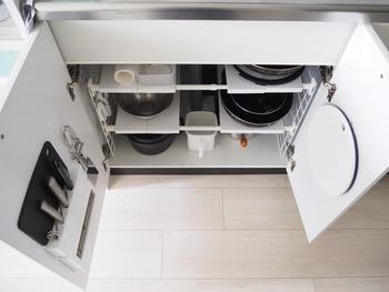 穴付きのまな板は、洗った後に吊るして乾かせ、収納もフックに掛けて管理できて便利。シンクの内側にフックを設置しておけば、かさばらずスマートに収納できますよ。