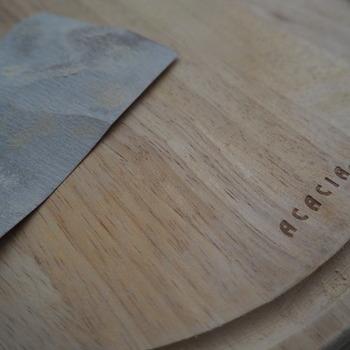 木製まな板は使っているうちに細かな傷や反りが気になることも。まな板削りやサンドペーパーをかけると新品さながらに。 少々の黒ずみならこれで落とせることもありますよ。