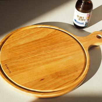 仕上げに専用オイルやオリーブオイルなどを塗り込んで乾燥させます。 木肌がなめらかになり、使い心地の良いまな板に育ってくれそうですね。
