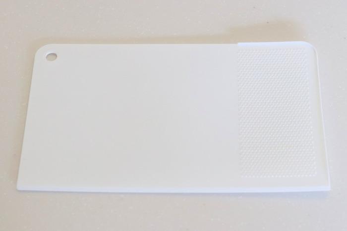 ニトリの簡易おろし機能付き ミニシートまな板は、その名のとおり端にはおろし機能が付いており、スクレーパーとしても使えます。  まな板で何役もこなしてくれるので、キッチンツールの出し入れや片付けの手間も省けます。
