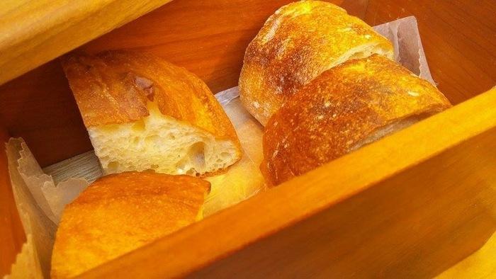 パンはあたたかい木箱に入って、冷めないようにサーブされます。