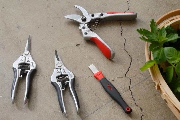 園芸の盛んな、アメリカ、オレゴン州にて様々なガーデニングアイテムを生産している「BARNEL (バーネル)」の「園芸・剪定バサミ」。画像左から、園芸バサミ(ストレート)、園芸バサミ(カーブ)、簡易シャープナー、剪定バサミとなっており、男前の表情が素敵です。