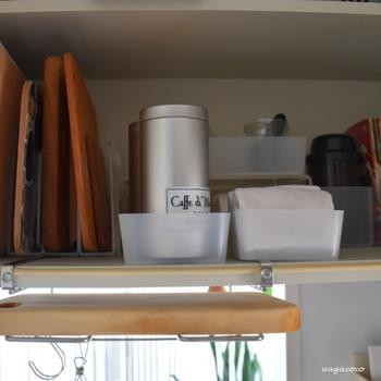 材質に関わらず湿気が大敵であるまな板の収納は、通気性の良い場所に保管しましょう。 シンク下など扉付き収納を利用する場合は、除湿剤を入れておくなど湿気対策をしておけば安心です。 また洗ってすぐは、木目にそって水が流れるように立てかけておきましょう。