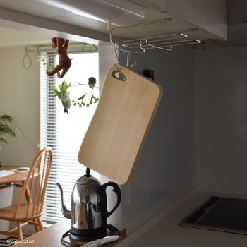 木製のまな板の毎日のお手入れですが、使い終わったらすぐに洗浄します。そして、木製のまな板は基本的には洗剤は使わずにタワシでごしごしとよく洗ってください。それだけでは気になる…という方は、荒塩かクレンザーを使用すると良いでしょう。仕上げに熱湯消毒すると安心でしょう。 プラスチック製まな板は漂白剤や除菌スプレーで殺菌しましょう。 どちらもよく水分を拭き取り、しっかり乾燥させます。これを行うだけでカビや黒ずみはだいぶ防げますよ。