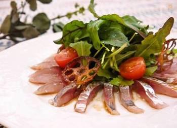 青魚に含まれるDHAは、網膜や視神経の細胞の材料として使われ、取り入れることで目の細胞が生き生きと活性化すると言われえています。煮ても焼いても美味しいですが、体に良いえごま油でさっぱりいただけるカルパッチョがおすすめです。