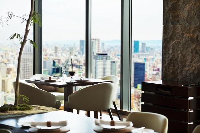 タワーCにあるインターコンチネンタルホテル大阪20Fの創作フレンチレストラン。入店は13歳以上、ドレスコードはスマートカジュアルと本格的なお店ですが、眺めもすばらしく特別な日にはぴったり。