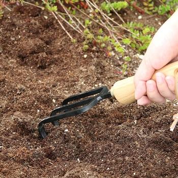 ガーデニングの際に、雑草を抜いたり土を掘り起こしたり、ならしたりするときに便利な耕耘フォーク。