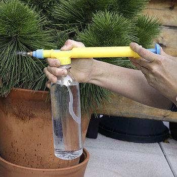 ペットボトルをタンクとして使用できる、手軽なミストポンプは、まるでおもちゃの水鉄砲のよう。子供と一緒に水やりをするのに良いかも。