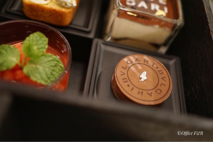 ブルガリといえばチョコレートでも有名ですね。人気のアフタヌーンティーボックスは、パスタとミニバーガーやキッシュも入ったフィンガーフードボックス、そしてチョコレートジェムも食べられるスイーツボックスの3段仕立て。