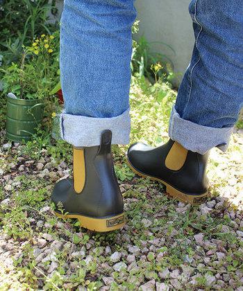 サイドゴアが足をほどよくフィットさせてくれるだけでなく、かかとのつまみを引けば簡単に脱ぎ履きできるのも◎。細かい凹凸の溝が底面に施されているので、滑りにくい構造になっており、ガーデニングのときだけでなく雨の日にも使えて便利。