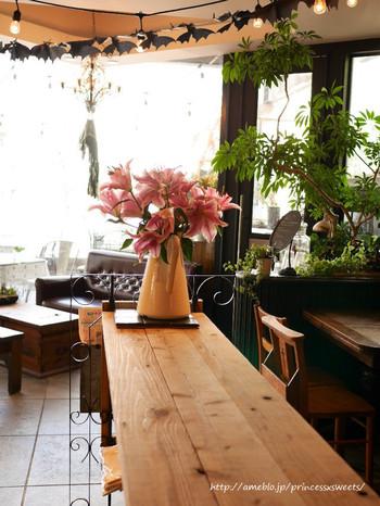 エリスマン邸の装飾なども手掛けるフラワーデザイナー兼オーナーのセンスの良さにうっとりしてしまいます。