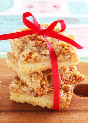 サクサクの食感が楽しいクランブルクッキーは、見た目にも可愛いのでお持たせにぴったりです。くるみやコーンフレークの歯ごたえに加え、みじん切りにした新生姜のアクセントが後を引く味わいです。