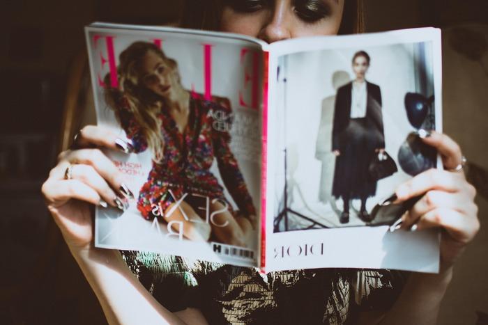 メイク用語として雑誌などでもよく目にする「シアー」と「マット」。聞いたことはあるけれど、実はどう違うか分からない・・・という方も少なくありません。シアーとマットの違いは、どういったところなのでしょうか。