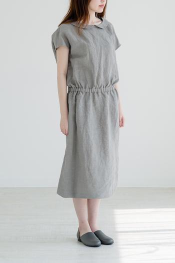クラシカルな丸衿がかわいらしさを醸し出す、シンプルなワンピース。少しくすんだグレーは、夏にも秋にもしっくりと着ることができる万能カラーです。