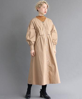 秋の温もりを感じるベージュは、夏の終わりにも違和感なく着ることのできるカラー。ハリ感のあるタイプライターワンピースなら、大人っぽく落ち着いた着こなしに。