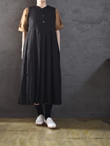 クラシカルなワンピースは、ロング丈のものを選ぶことでもっと上品に。ブラックは、かわいらしいだけじゃない女性の魅力を引き立ててくれます。