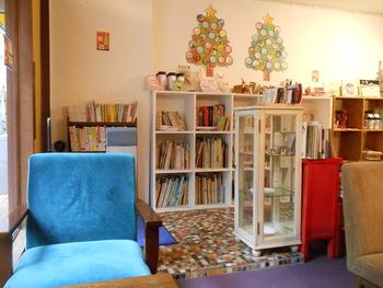 店内の本棚にはデザイン、建築などの専門書から子供が読める絵本まで様々な本が並びます。 ギャラリーや雑貨の販売もしているのでアート好きな方も存分に楽しめそうです。