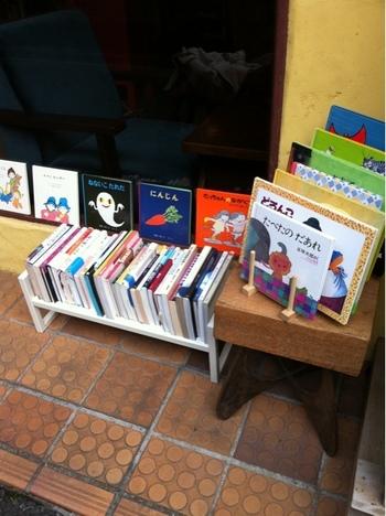 店頭と店内で古書の販売もしているので、通りすがりでさくっと物色&じっくり選んでお気に入りをお家で何度も読めちゃいます。