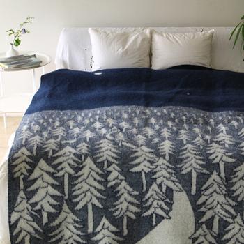 スウェーデンのテキスタイルブランドのクリッパンと日本人デザイナーの皆川 明さんのコラボブランケットは北欧の深い森をイメージしてデザインされたそうです。130×180cmと大きめサイズなのでベッドの上でスローケットとして使うのも素敵ですね。