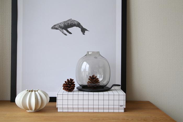 こちらも同じくキャンドルホルダーですが、ガラス製なので中に松ぼっくりや季節を感じるものをいれて飾るのも素敵です。