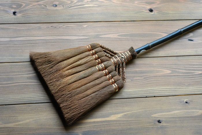 和歌山県で棕櫚箒(シュロほうき)の製造販売を行っている山本勝之助商店の「9玉 長柄箒 (皮巻き)」。皮巻き箒とは、木から剥いだ棕櫚皮を、そのままくるりと巻き束にし、最後に穂先をほぐして作る箒で、掃きやすく、棕櫚の繊維には油分が含まれているので、ホコリも舞い上がりにくくて便利。