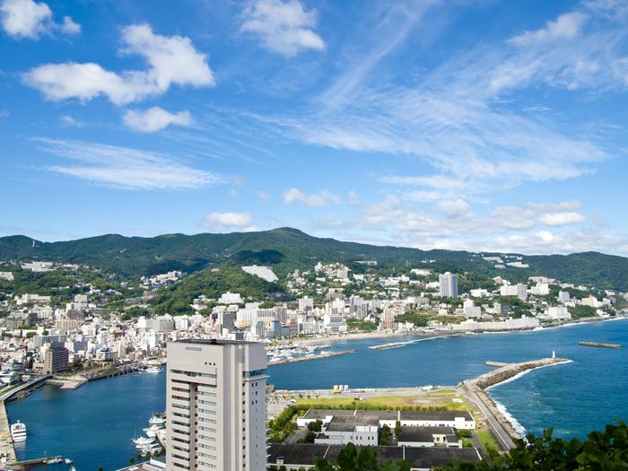 日本三大温泉のひとつとしても有名な熱海温泉。湯量も豊富で、贅沢な源泉かけながしの温泉をたのしむことができます。新幹線なら東京からわずか40分というアクセスの良さも魅力のひとつです。