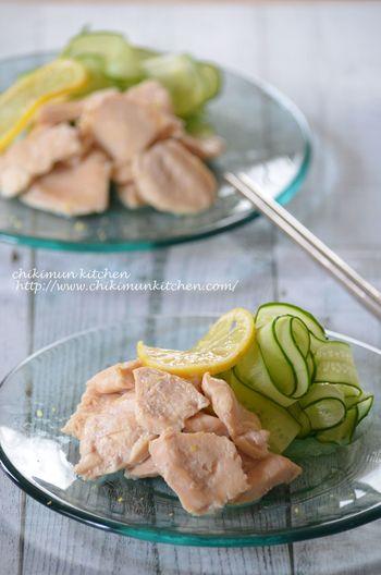 さっぱり、でもしっとりとしたむね肉を食べたい!そんな時はこちらのレシピがおすすめ。レモンの風味が爽やか。冷やしても美味しい、夏におすすめの胸肉レシピです。