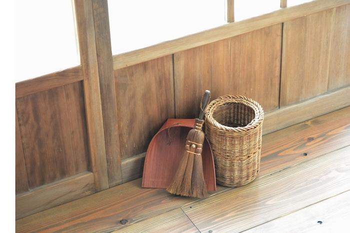 白木屋傳兵衛の「はりみ」は、和紙に防虫・除虫効果がある柿渋を塗って作られています。他にも柿渋は、静電気が起きない ため、集めたホコリがまとわりつかず、ストレスフリーでお掃除ができそう。