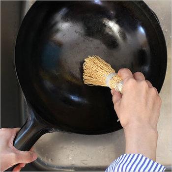 100年以上スウェーデンで愛用されているIris Hantverk (イリス・ハントバーク)のアイテムは、今では世界中にファンがいます。こちらの天然素材であるエニシダの根から作られた鍋洗いブラシは、視覚障害を持つ職人の方々が、丹精込めてひとつひとつ丁寧に作ったハンドメイドのブラシです。