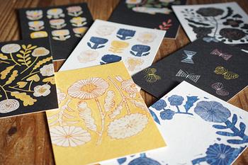 陶器やファブリックなどを手掛ける鹿児島睦さん図案によるポストカードは、のびのびと描かれた絵柄がとても可愛らしく、素朴であたたかな雰囲気が伝わる素敵な一枚。 図案選びや構成は、鹿児島さんのコンテンツを多く手がけてきたアートディレクターの前田景さんが担当。 「器のフォルムをなくしたらどうだろう」「マテリアルを陶器から紙に変えたらどうなるだろう」というアイデアから誕生したシリーズなのだそうです。