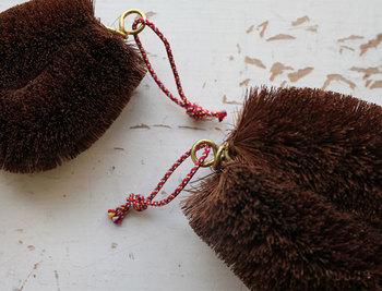 化学的処理や特別な加工も一切せず、束子の産地である和歌山県海南市の純粋な自然素材のみを使って作られる東屋の束子。