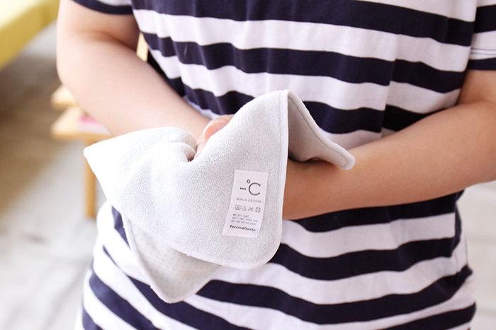本来、汗は体温を下げるためにかくものです。そのため、体温が下がりきっていないうちに汗を拭き取ると、さらに汗が出てきてしまいます。一番理想的なのは、少し湿り気を残しながら拭くこと。濡らしたタオルや汗拭きシートなどを使って、押さえるように拭くといいそうですよ。