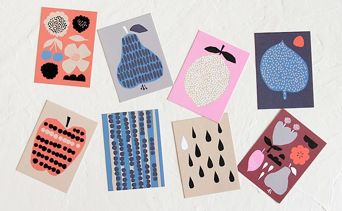 """北欧ノルウェーのデザインユニット""""ダーリン・クレメンタイン""""のポストカードが8枚セットになったポストカード。 フルーツの結実した様子や、皮や種子のパターン柄を描写したハーベストシリーズの魅力がギュッと詰まったセットになっています。カードはクラフト色の厚紙製でナチュラルな雰囲気。しっかりとした厚みがあるので、立てかけて飾っても楽しめます。"""