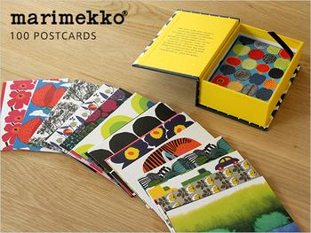"""北欧フィンランドを代表するテキスタイルブランド """"marimekko(マリメッコ)と、""""CHRONICLE BOOKS""""のコラボレーションしたポストカードは、なんと、たっぷりの100枚入り。人気のウニッコ柄は勿論、シイルトラプータルハ、ヴァトゥルスカなど、マリメッコのパターンが描かれたポストカード50種類の絵柄が各2枚ずつのセットになっています。"""