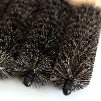 ブラインドの掃除は一枚一枚しなくてはならず、結構大変。ところが、こちらのブラシを使えば、効率よくしかもやぎの毛はブラインドをキズつけることなく、スイスイお掃除がはかどります。