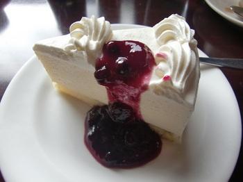 同店おすすめの『レアチーズケーキ』には、ブルーベリーソースが惜しげなくかけられて。 信州産ふじりんごのフィリングに圧倒される『アップルパイ』もメニューに♪