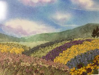 押し花だけを使って、改めて再現されたお花畑。パンパステルで描かれた背景は、まるで絵本の中のよう。押し花アートは、自分だけの夢の世界を作り上げることができます。