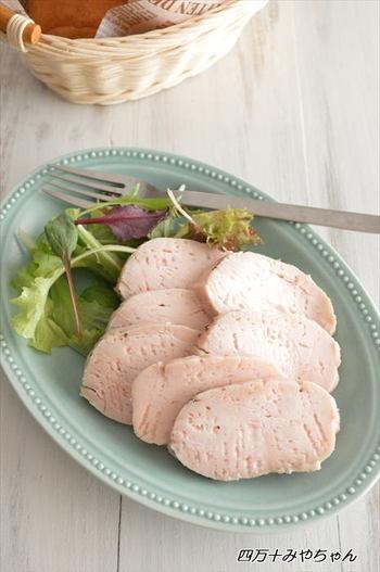 ジップロックに鶏むね肉と調味料を入れて一晩おいたら、あとは茹でるだけ。ジップロックに入れたまま茹でることで、鶏肉の水分と旨みを閉じ込めてくれるのだそう。