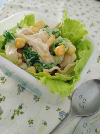 冷蔵庫に眠っているピーマンとサラダチキンをマヨネーズで和えたお手軽サラダです。彩りよくコーンを添えて。