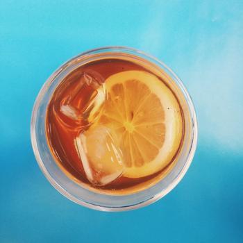 キンキンに冷えた飲み物を口にすると、汗腺が急に閉じて、体温調節がうまく出来なくなってしまいます。飲み物はできるだけ常温で、あるいは軽く冷やした物を少しずつ飲むようにしましょう。