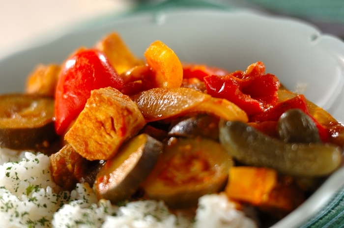 市販のサラダチキンを使ったトマトベースのあっさりカレー。野菜をたっぷり使って栄養満点です。