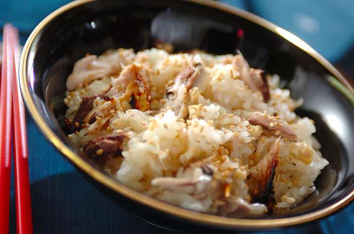 こちらの炊き込みごはんは、焼きサバとごまを混ぜ込んで滋味深い味わいに。クセがやや強めの青魚は生姜との相性も抜群で、組み合わせることでより旨味が増します。爽やかな新生姜をたっぷり使って香りごと楽しみましょう。